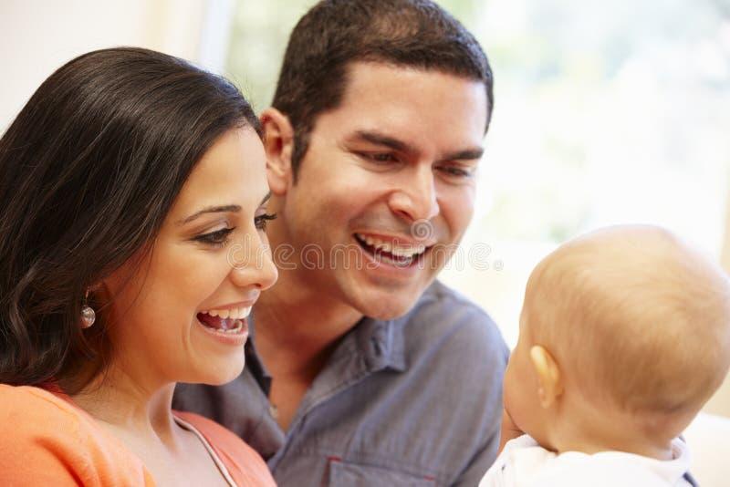 Pares latino-americanos em casa com bebê fotografia de stock