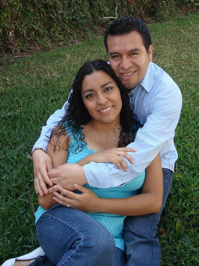 Pares latino-americanos felizes, novos no amor imagens de stock