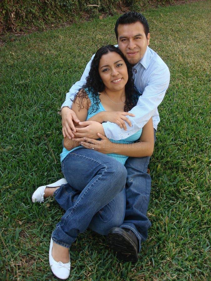 Pares latino-americanos felizes, novos no amor fotos de stock