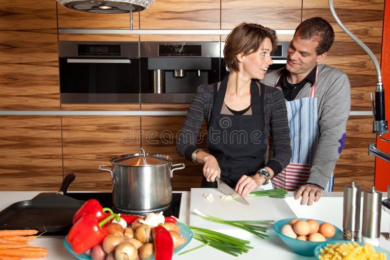 Pares lindos en la cocina foto de archivo