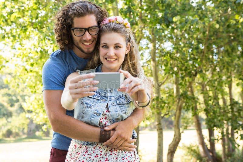 Pares lindos que toman un selfie foto de archivo