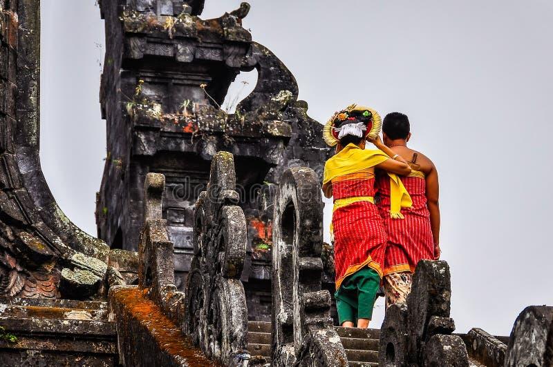 Pares locais em Pura Besakih Temple, Bali, Indonésia imagem de stock