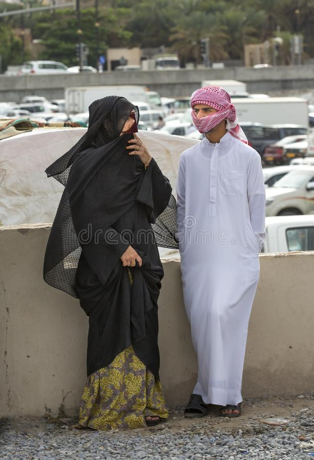 Pares locais no mercado de Nizwa em Omã imagens de stock
