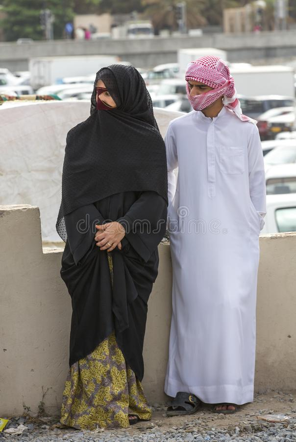 Pares locais no mercado de Nizwa em Omã fotos de stock