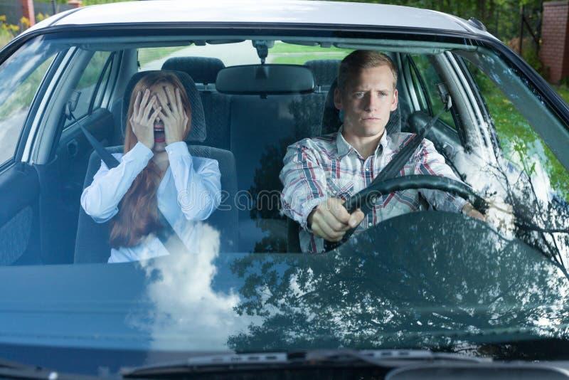 Pares loucos em um carro fotografia de stock
