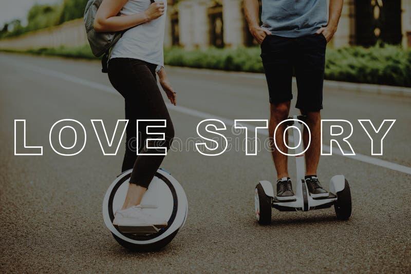Pares Love Story no parque do país Estrada ascendente próxima foto de stock royalty free