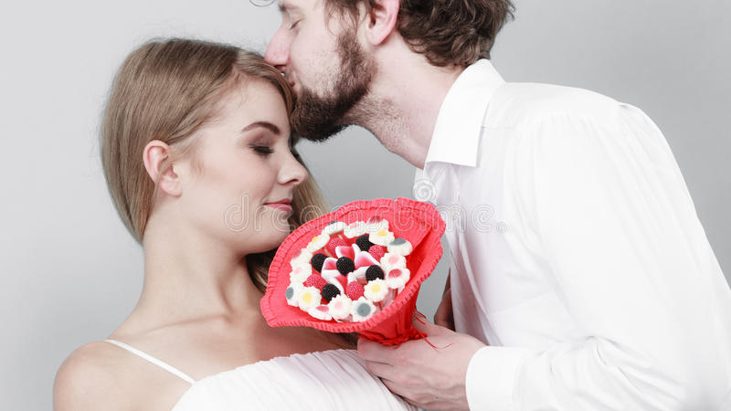 Pares loving com as flores do grupo dos doces Amor foto de stock royalty free