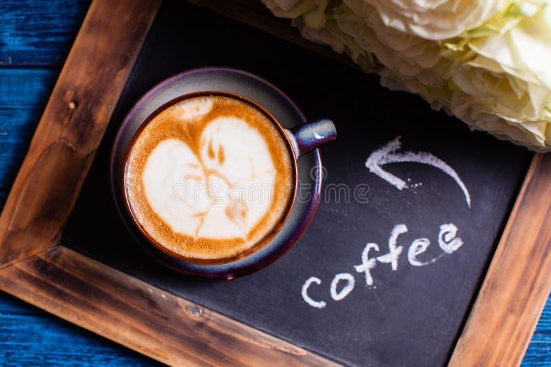 Pares loving da arte do Latte fotos de stock