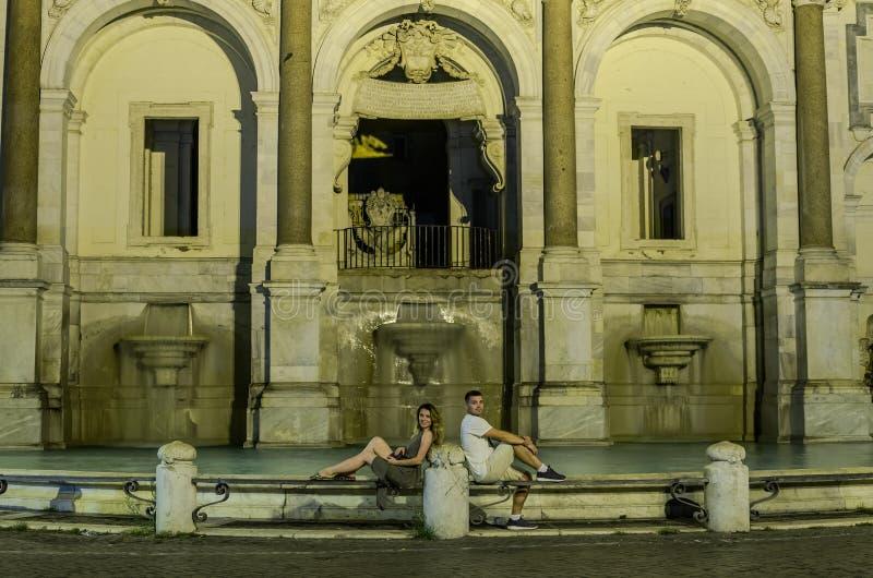 Pares loving de turistas no fundo da fonte Aqua Paola da noite em Roma fotos de stock royalty free