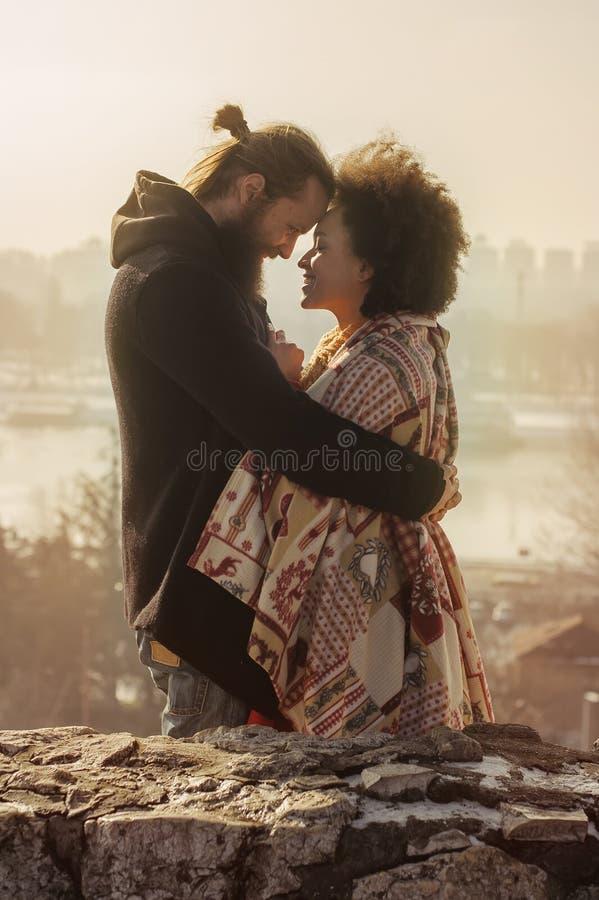 Pares loving do abraço romântico Queda no amor fotografia de stock royalty free