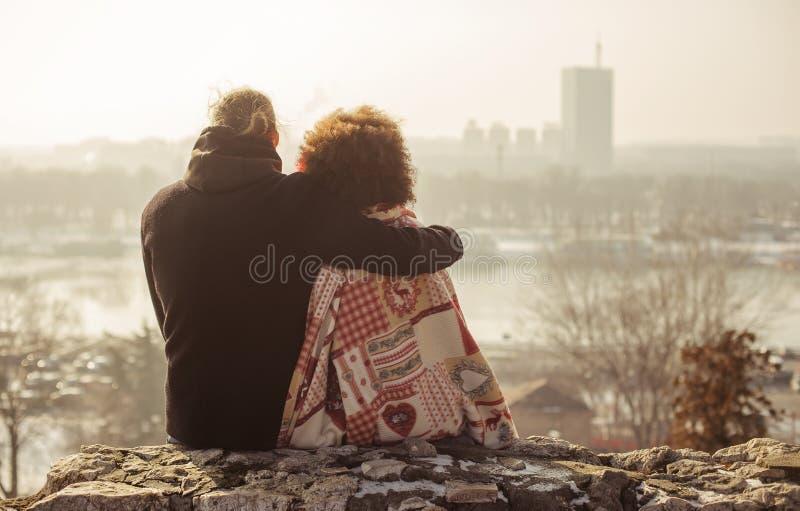 Pares loving do abraço romântico Queda no amor imagens de stock royalty free