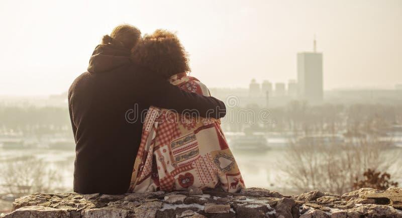 Pares loving do abraço romântico Queda no amor fotos de stock royalty free