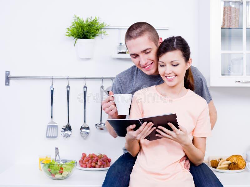 Pares loving felizes na cozinha imagens de stock