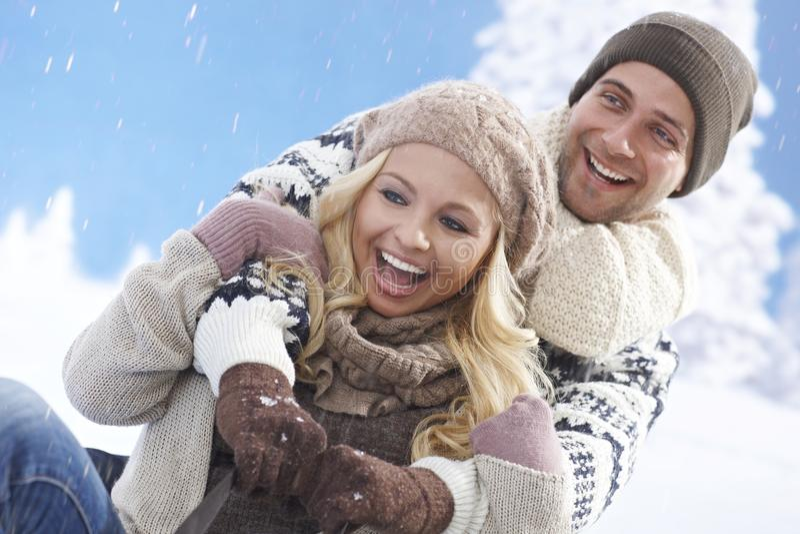 Pares loving felizes que sledging fotografia de stock