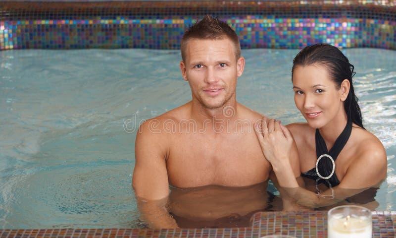 Pares Loving na piscina imagens de stock royalty free