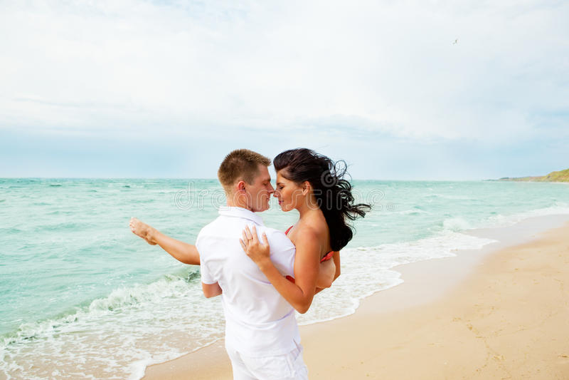 Pares Loving na praia imagem de stock