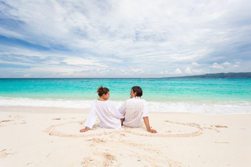 Pares Loving na praia fotos de stock royalty free