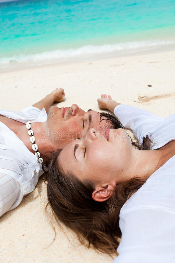 Pares Loving na praia foto de stock
