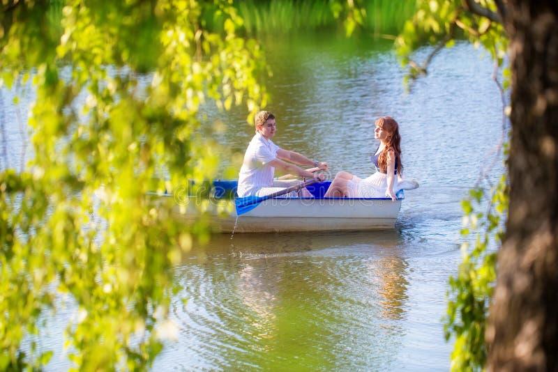 Pares loving no barco Conceito das férias de verão fotografia de stock