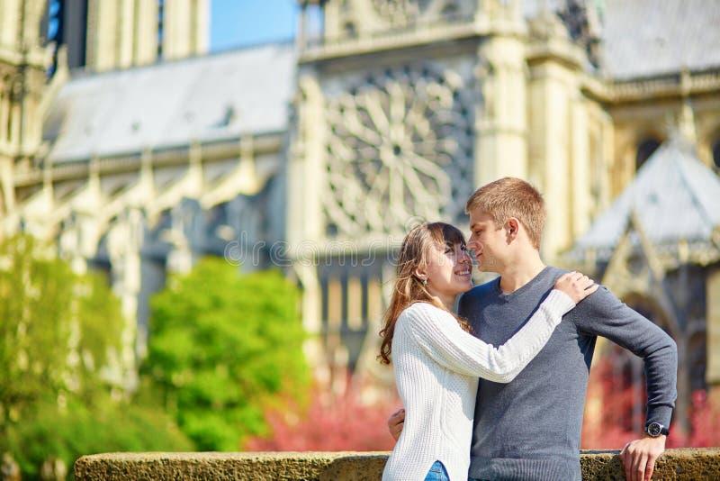 Pares loving novos em Paris imagens de stock