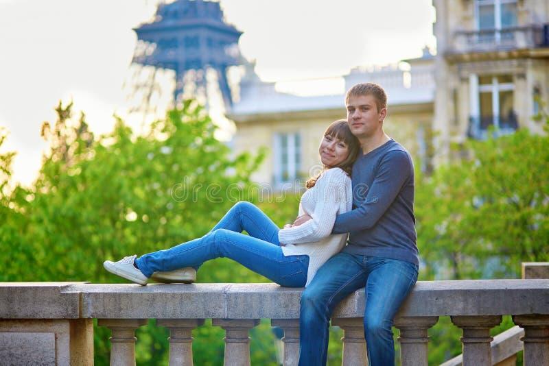 Pares loving novos em Paris imagem de stock