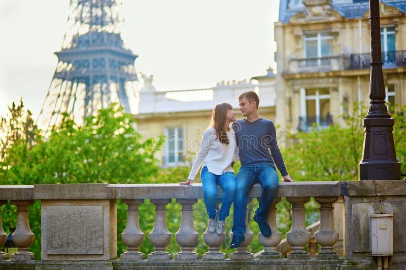 Pares loving novos em Paris foto de stock royalty free