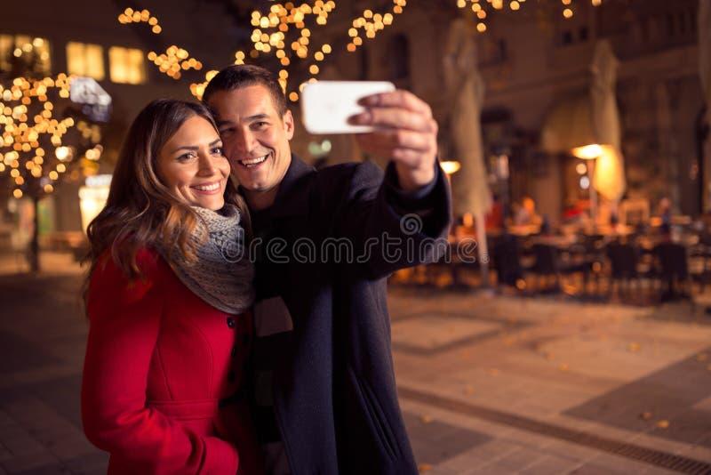 Pares loving novos felizes que fazem o selfie e o sorriso imagens de stock royalty free
