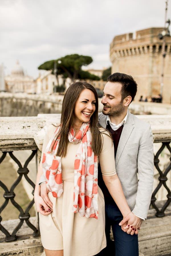 Pares loving pelo ` Angelo de Castel Sant em Roma, Itália imagem de stock