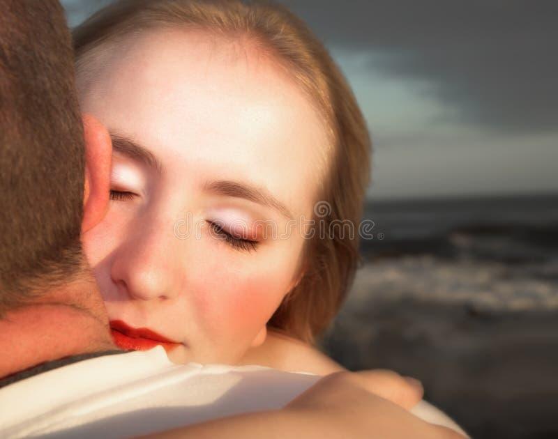 Pares Loving que abraçam com foco na face da mulher foto de stock royalty free