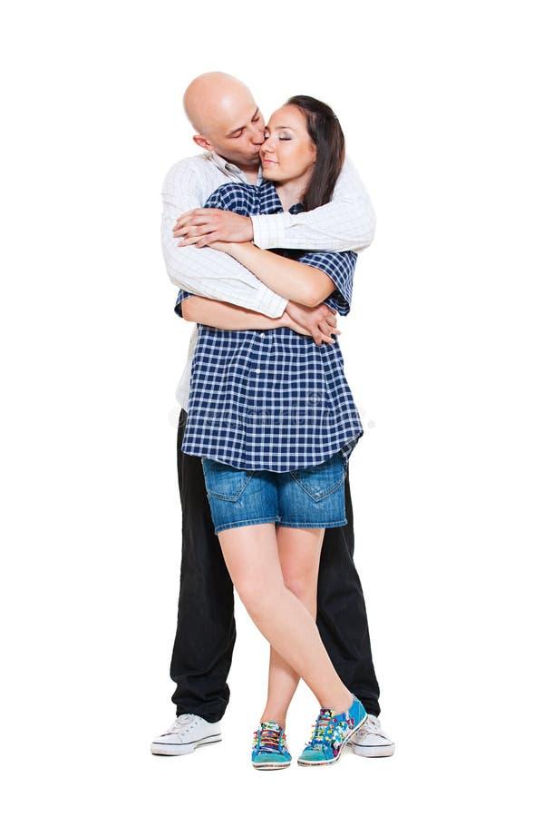 Pares Loving que abraçam e que beijam fotos de stock