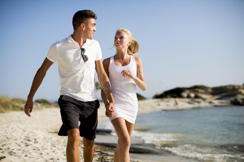 Pares Loving que andam na praia imagem de stock royalty free