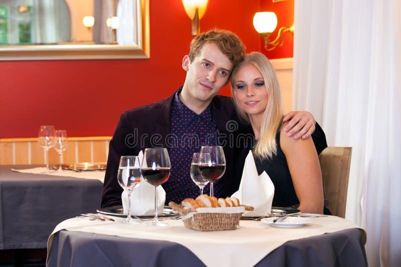 Pares loving que apreciam um jantar romântico fotos de stock royalty free