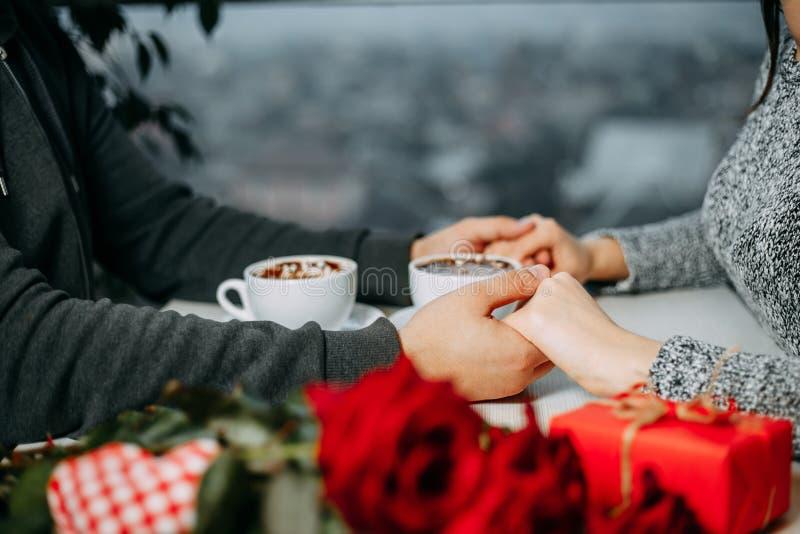 Pares loving que comemoram o dia de Valentim que guarda as mãos que têm a Dinamarca imagem de stock royalty free