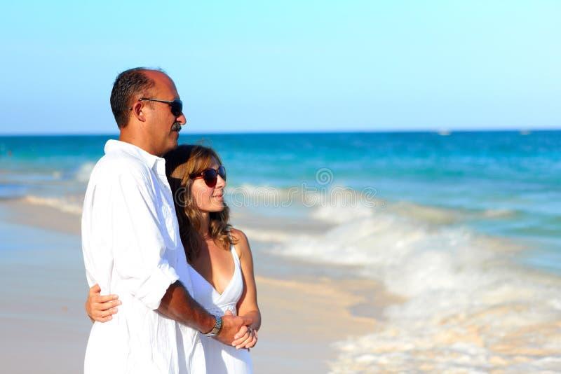 Pares loving que olham o oceano foto de stock royalty free
