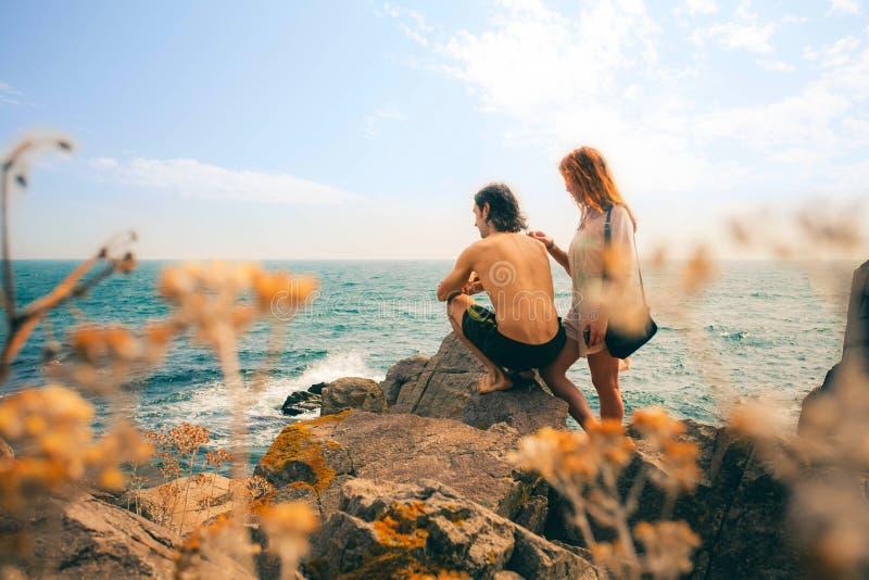 Pares loving que olham o por do sol na costa de mar Costa do Mar Negro imagem de stock
