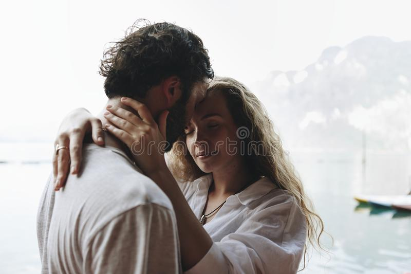 Pares loving que têm um momento romântico fotografia de stock