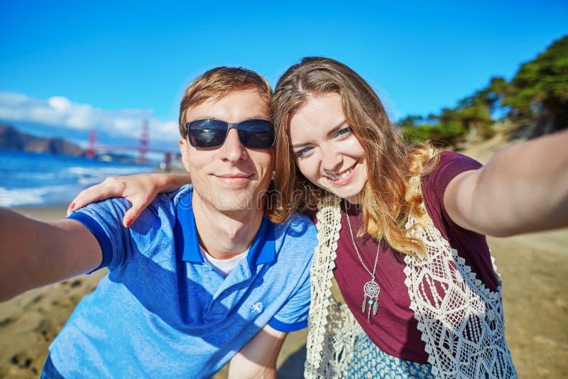 Pares loving românticos que fazem o selfie em San Francisco, Califórnia, EUA fotos de stock