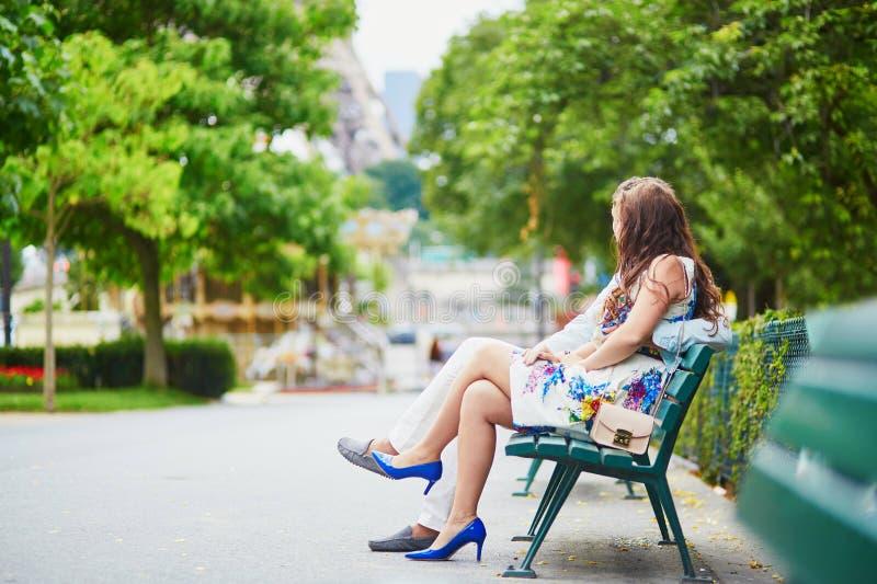 Pares loving românticos que têm uma data perto da torre Eiffel fotografia de stock royalty free