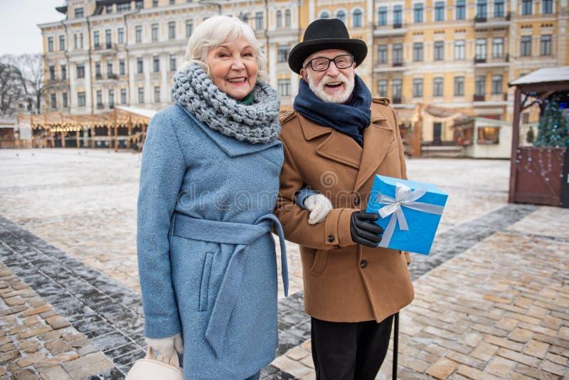 Pares loving velhos positivos que comemoram o dia de são valentim na cidade fotografia de stock royalty free