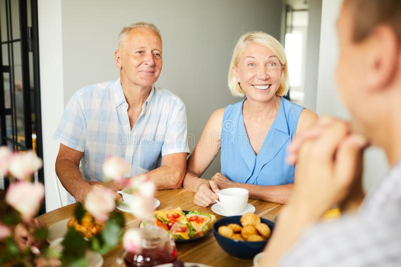 Pares maduros de sorriso no almoço foto de stock royalty free
