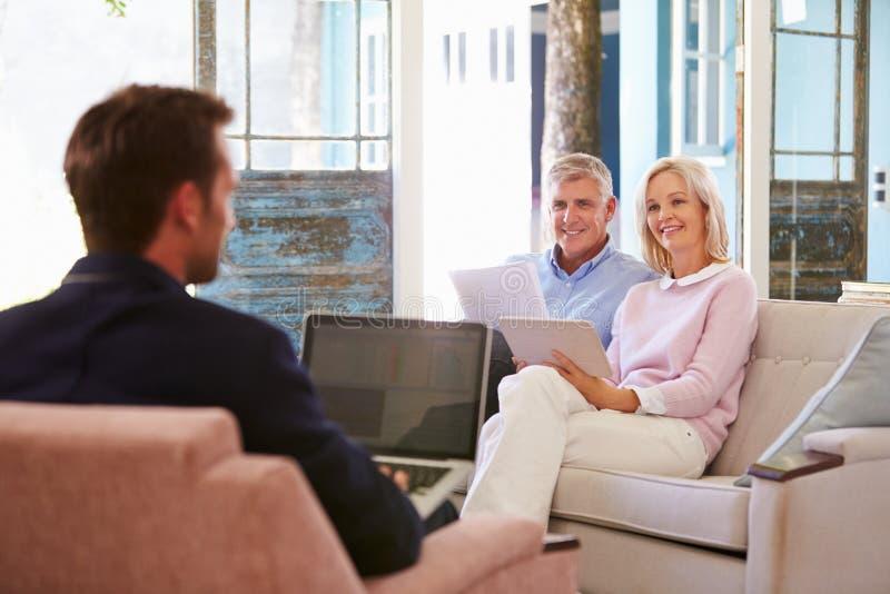 Pares maduros em casa que encontram o conselheiro financeiro fotos de stock royalty free