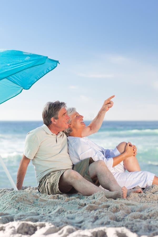 Pares maduros na praia fotografia de stock royalty free