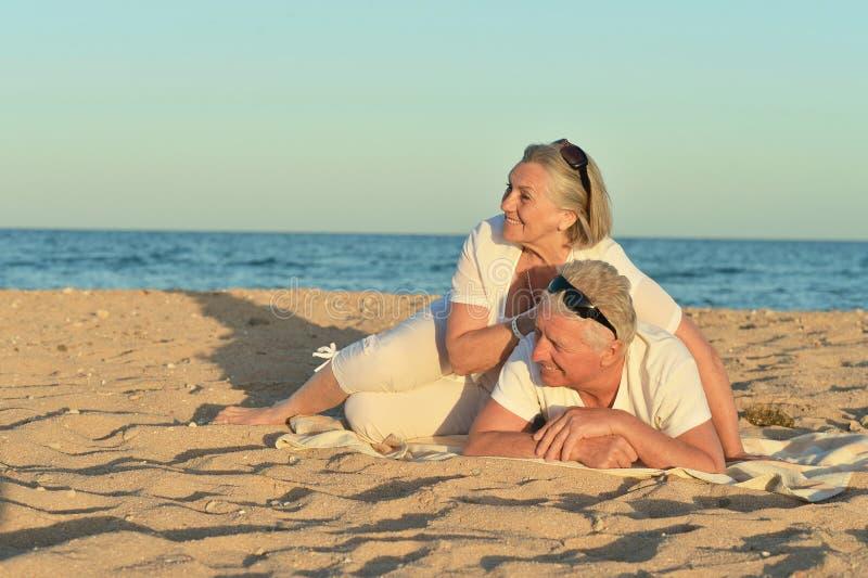 Pares maduros na praia fotografia de stock