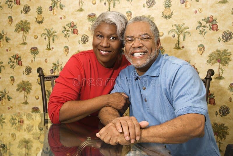 Pares maduros que abraçam e que sorriem. foto de stock royalty free