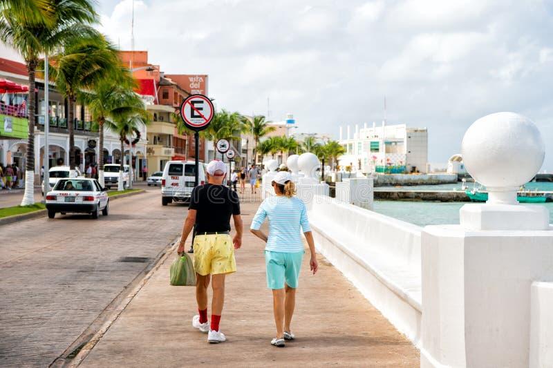 Pares maduros que caminan en la 'promenade' fotos de archivo
