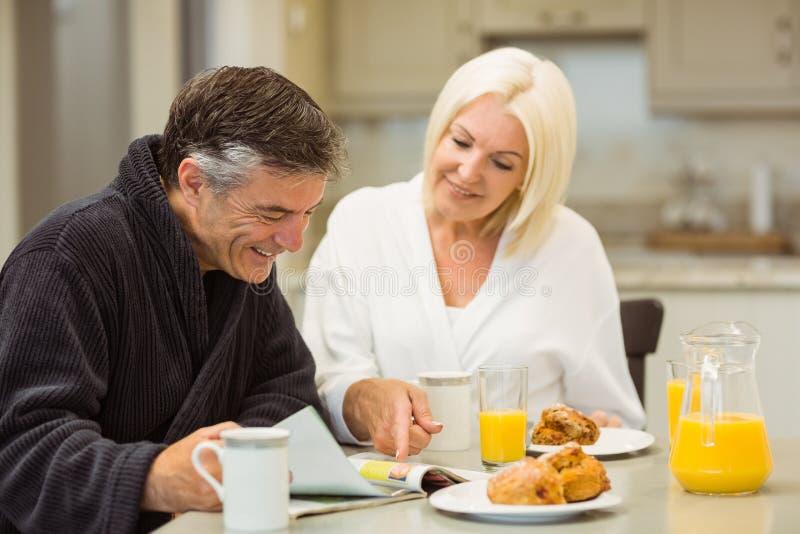 Pares maduros que comem o café da manhã junto fotos de stock