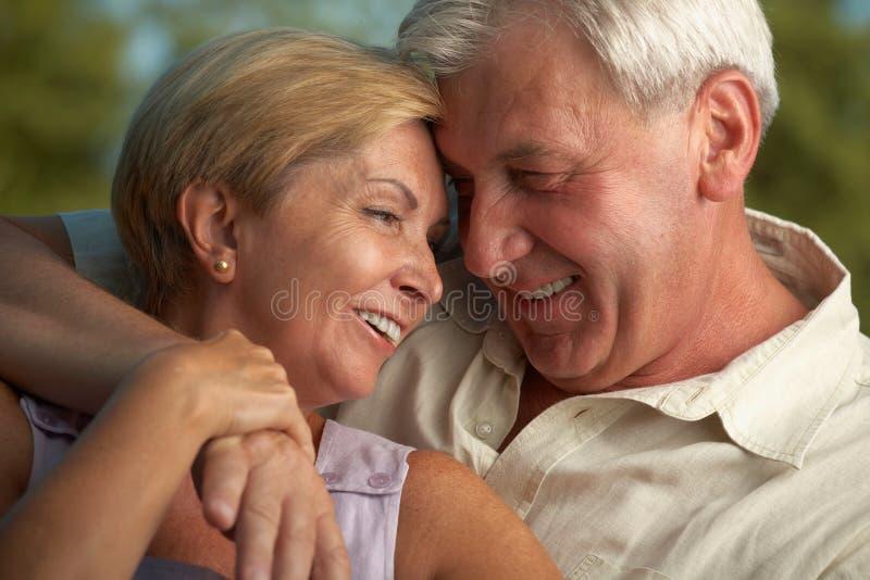 Pares maduros que sonríen el uno al otro foto de archivo libre de regalías