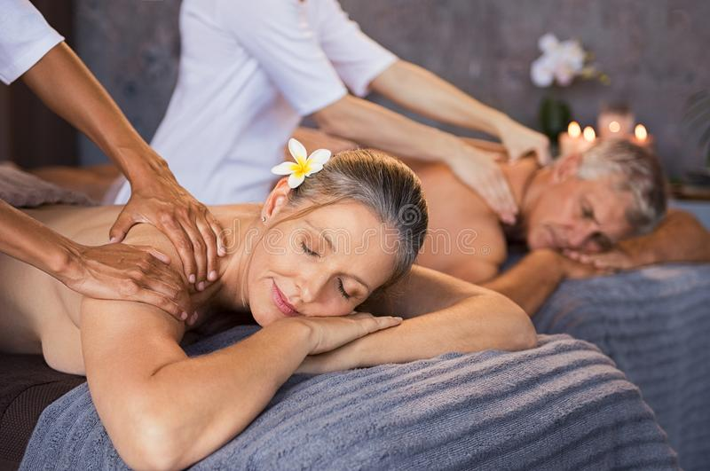 Pares maduros que têm a massagem em termas fotografia de stock