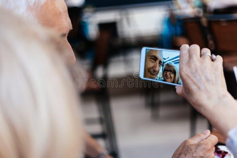 Pares maduros que toman el selfie imagen de archivo