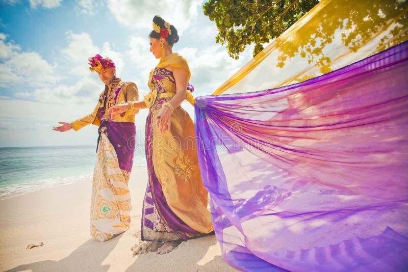 Pares maduros vestidos en traje del Balinese imagenes de archivo